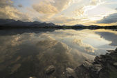 在高山湖日落 — 图库照片
