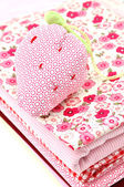 Puntaspilli su un mucchio di tessili — Foto Stock