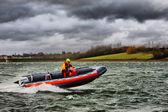 Motorbåt vid en sjö — Stockfoto
