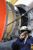Airplane mechanic and jet engine — Foto de Stock