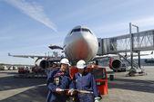 Airplane mechanics and airliner — Stock Photo