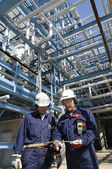 Oil and gas refinery with workers — Foto de Stock