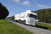 Brandstof vrachtwagen, tanker voor onderweg — Stockfoto