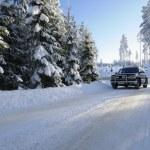雪に覆われた道路で車の suv — ストック写真