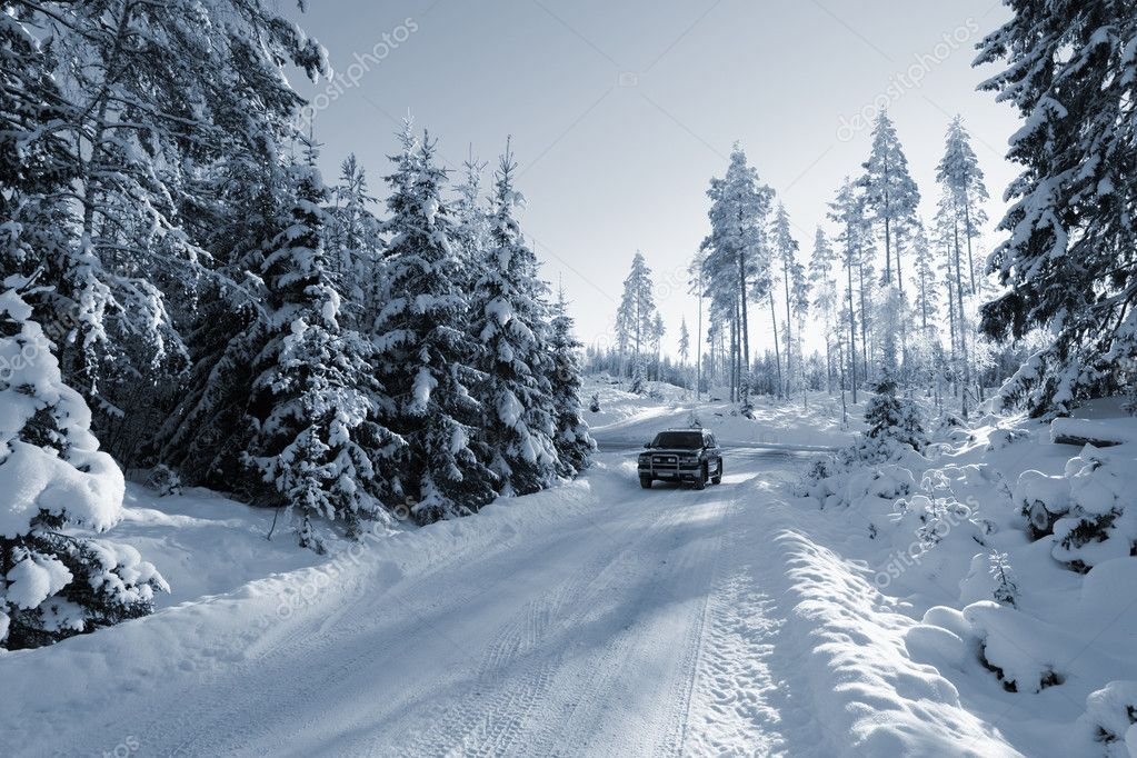 Large suv, car, driving on snowy road in a swedish winter landscape — Lizenzfreies Foto #6506916