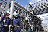 石油労働者とパイプライン — ストック写真