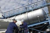 Los trabajadores del petróleo y tanques de combustible — Foto de Stock