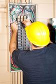 Электрик заменяет выключатель — Стоковое фото