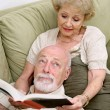 Foto Stock: Reading to Bored Husband