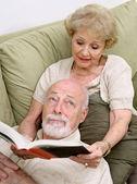 Leyendo a aburrido marido — Foto de Stock