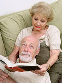 Reading to Bored Husband — Stockfoto