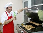 Ganek/weranda grill - szczęśliwy kucharz z powrotem — Zdjęcie stockowe