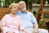 Coppia di anziani rilassante — Foto Stock