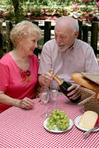 Picnic Seniors - Opening Wine — Stock Photo