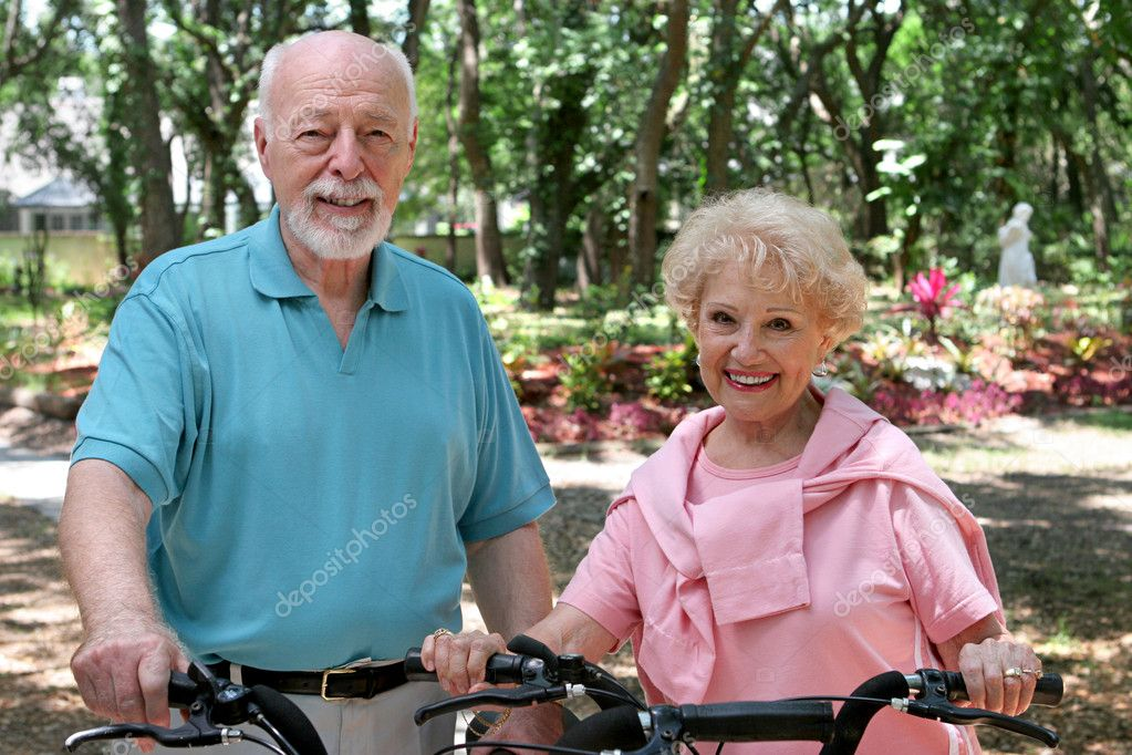 An attractive senior couple out for a bike ride together. — Stock Photo #6610474