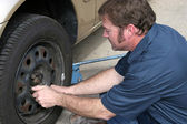 Mechanic Removing Lug Nuts — Stock Photo