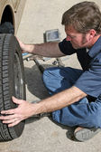 Mechanic Removing Tire — Foto de Stock
