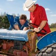 Foto Stock: Repairing the Old Tractor