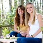 adolescentes en la casa del árbol — Foto de Stock