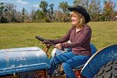 Tractor conducción belleza madura — Foto de Stock