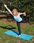 Reife frau pilates - ein bein — Stockfoto