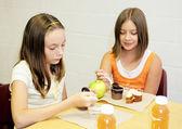 Almuerzo escolar - mesa de chicas — Foto de Stock