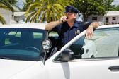 Politieagent radioing hoofdkwartier — Stockfoto