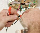 Telleri bağlarken elektrikçi — Stok fotoğraf