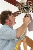 Elektrikář instalace stropní ventilátor — Stock fotografie