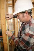 Trabajador de la construcción de medición — Foto de Stock
