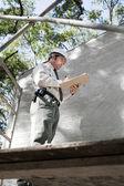 Inspector de edificios en un andamio — Foto de Stock