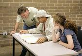 Nauczyciel pomaga uczniom — Zdjęcie stockowe