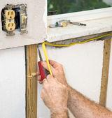 Installation von elektrischen leitungen — Stockfoto