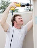Homme à tout faire à l'aide de la perceuse électrique — Photo