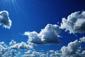 красивое голубое небо и солнце с облаками — Стоковое фото