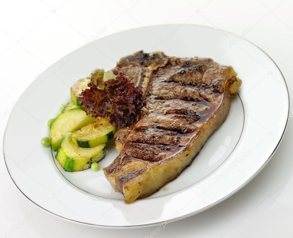 Grilled t-bone steak and vegetables , close up — Стоковая фотография #6476418