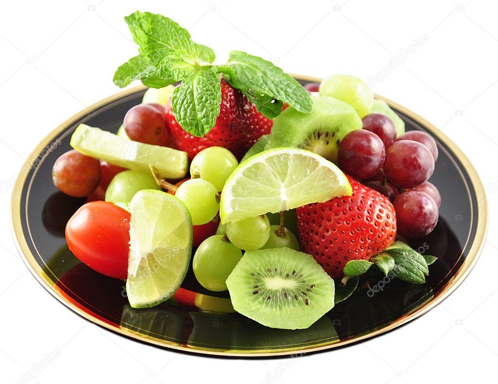 各种各样的新鲜水果盘子上