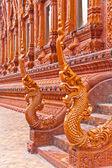 Naga testa tailandese scultura fatta da mattonelle lustrate, in thailandia, temp — Foto Stock
