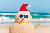 Snowman Made Out Of Sand With Santa Hat — Stock Photo