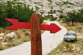 Red Arrow On Pst Pointing At Car — Stock Photo