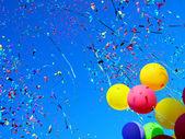 Mångfärgade ballonger och konfetti — Stockfoto