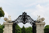 Iron gate flanked by angels — Stock Photo