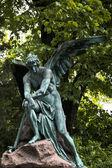 Eenzame engel bescherming van een graf — Stockfoto