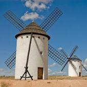 Molinos de viento medievales en una colina — Foto de Stock