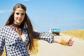 Girl travelling hitchhiking — Stock Photo