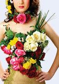 красивая девушка модель украшенная цветами — Stock Photo