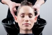 Güzel bir genç kadın bir saç yıkama başlarken. — Stok fotoğraf