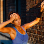 mujer joven sudorosa agotada — Foto de Stock
