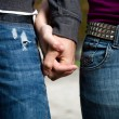 Detailed image of a young couple holding hands — Stockfoto