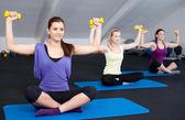 Drei Fit und schön junge Frauen, die Gewichte zu heben — Stockfoto